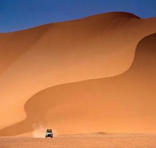豪华沙漠体验:晚餐+阿联酋活动(含迪拜复古路虎接送)